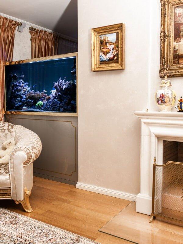 Aquarium mit Goldrahmen